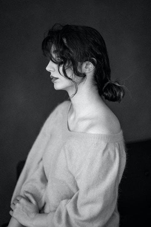 Fotos de stock gratuitas de blanco y negro, de perfil, escala de grises