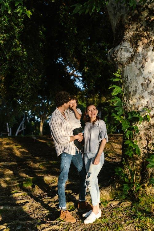Základová fotografie zdarma na téma během dne, denimové džíny, dítě
