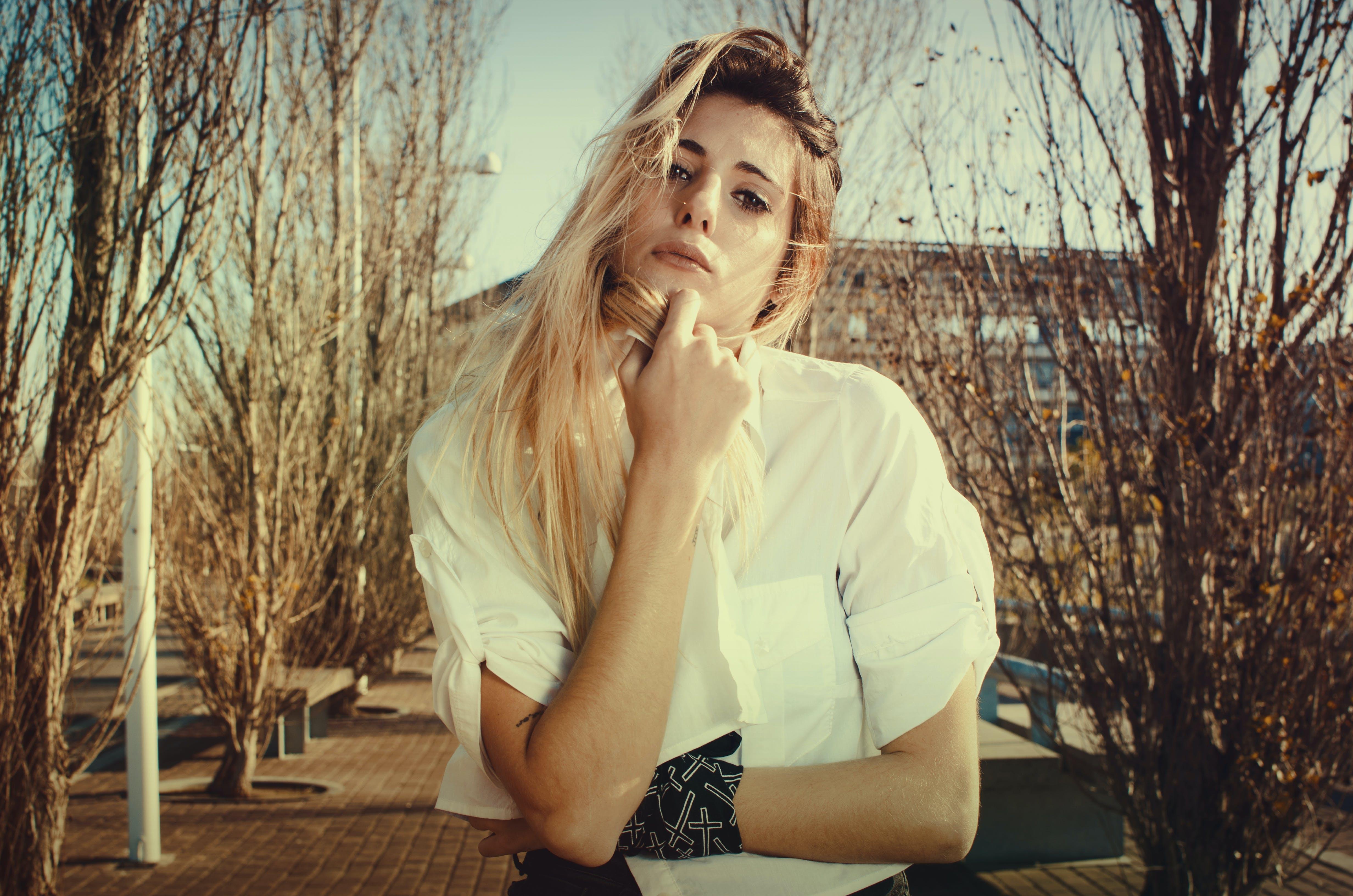 Kostenloses Stock Foto zu attraktiv, bäume, blondes haar, dame