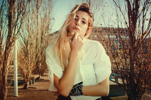 Základová fotografie zdarma na téma atraktivní, blond vlasy, budova, dáma