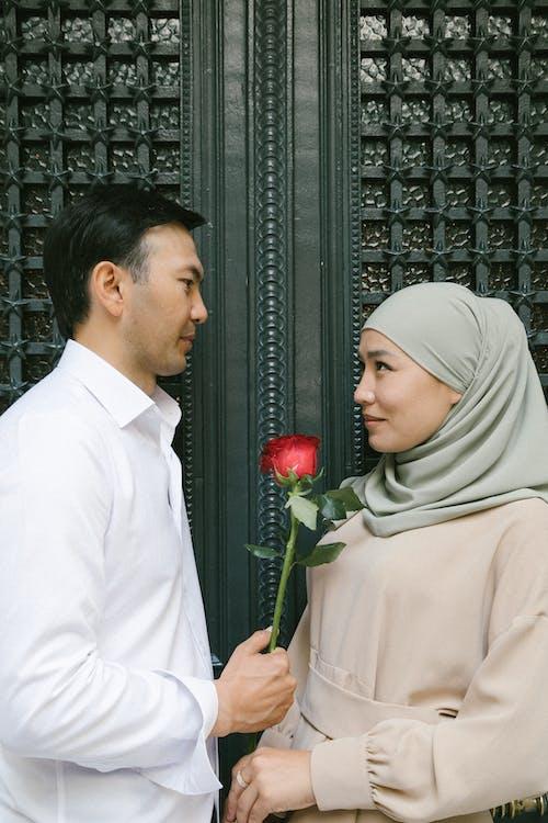 Ilmainen kuvapankkikuva tunnisteilla Aikuiset, hijab, hymyily