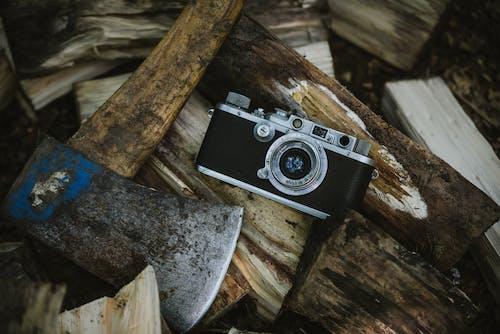 ahşap, balta, eskiye dönüş, kamera içeren Ücretsiz stok fotoğraf