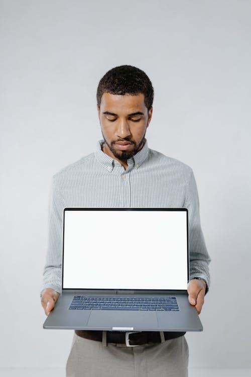 おとこ, ノートパソコン, ホールディングの無料の写真素材