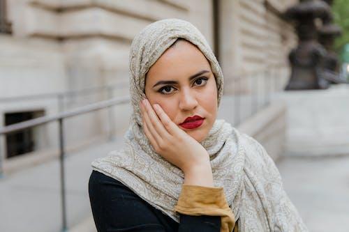 Kostenloses Stock Foto zu araber, bescheiden, frau