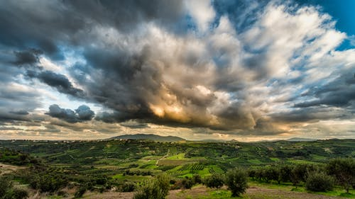 Gratis stockfoto met akkers, berg, bewolkte lucht, bomen