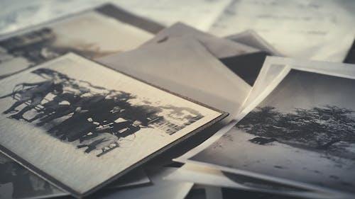 Základová fotografie zdarma na téma černobílý, detailní záběr, dopisy