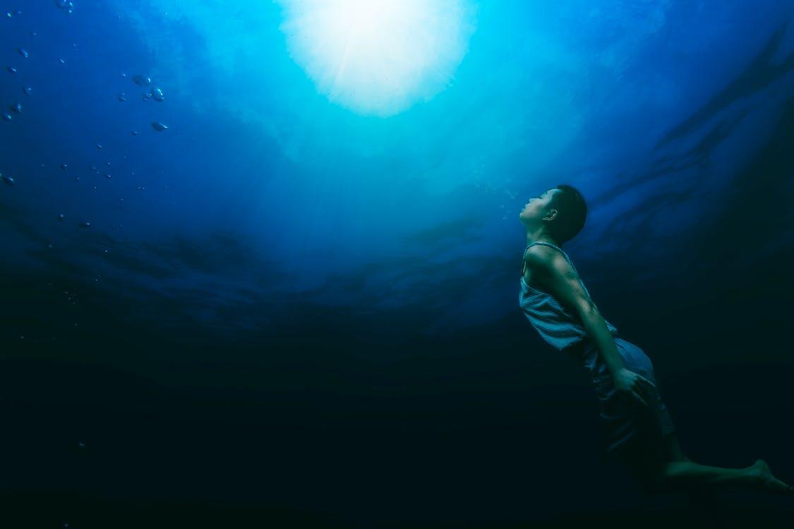 Pintura De Una Persona Nadando Bajo El Agua