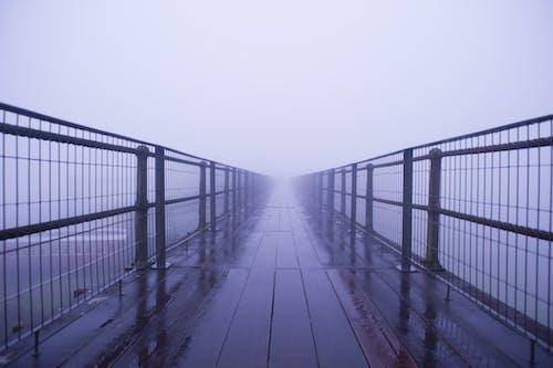 Δωρεάν στοκ φωτογραφιών με αποπροσανατολισμένος, γέφυρα, ομίχλη, ομιχλώδης