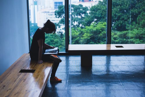 Foto d'estoc gratuïta de arquitectura, banc, cadira, dona
