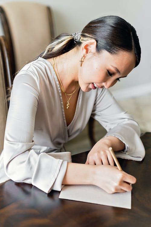 Základová fotografie zdarma na téma asiatka, culík, dřevěný stůl