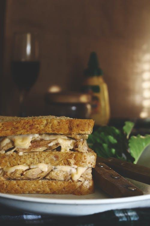 Gratis stockfoto met belegd broodje, binnen, bord, brood