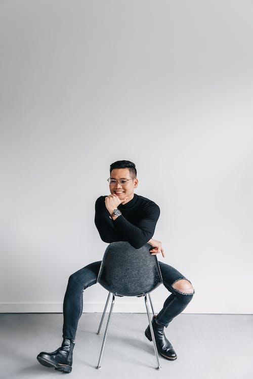 Безкоштовне стокове фото на тему «азіатський чоловік, білий фон, вертикальні постріл»