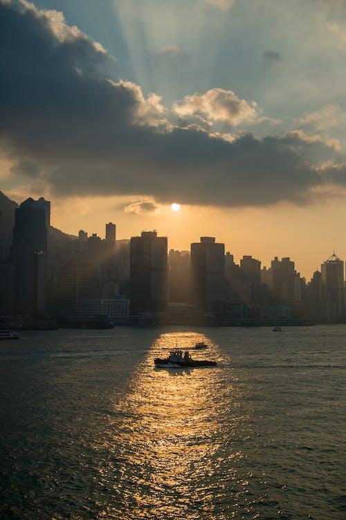 傍晚的天空, 傍晚的太陽, 城市, 多雲的天空 的 免费素材照片