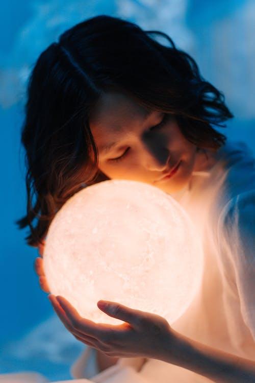 Immagine gratuita di concettuale, donna asiatica, lampada