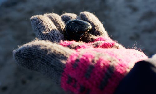 Fotobanka sbezplatnými fotkami na tému čierna kamenná plážová voda, more