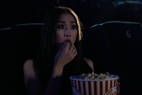 Ingyenes stockfotó ázsiai nő, evés, figyel témában