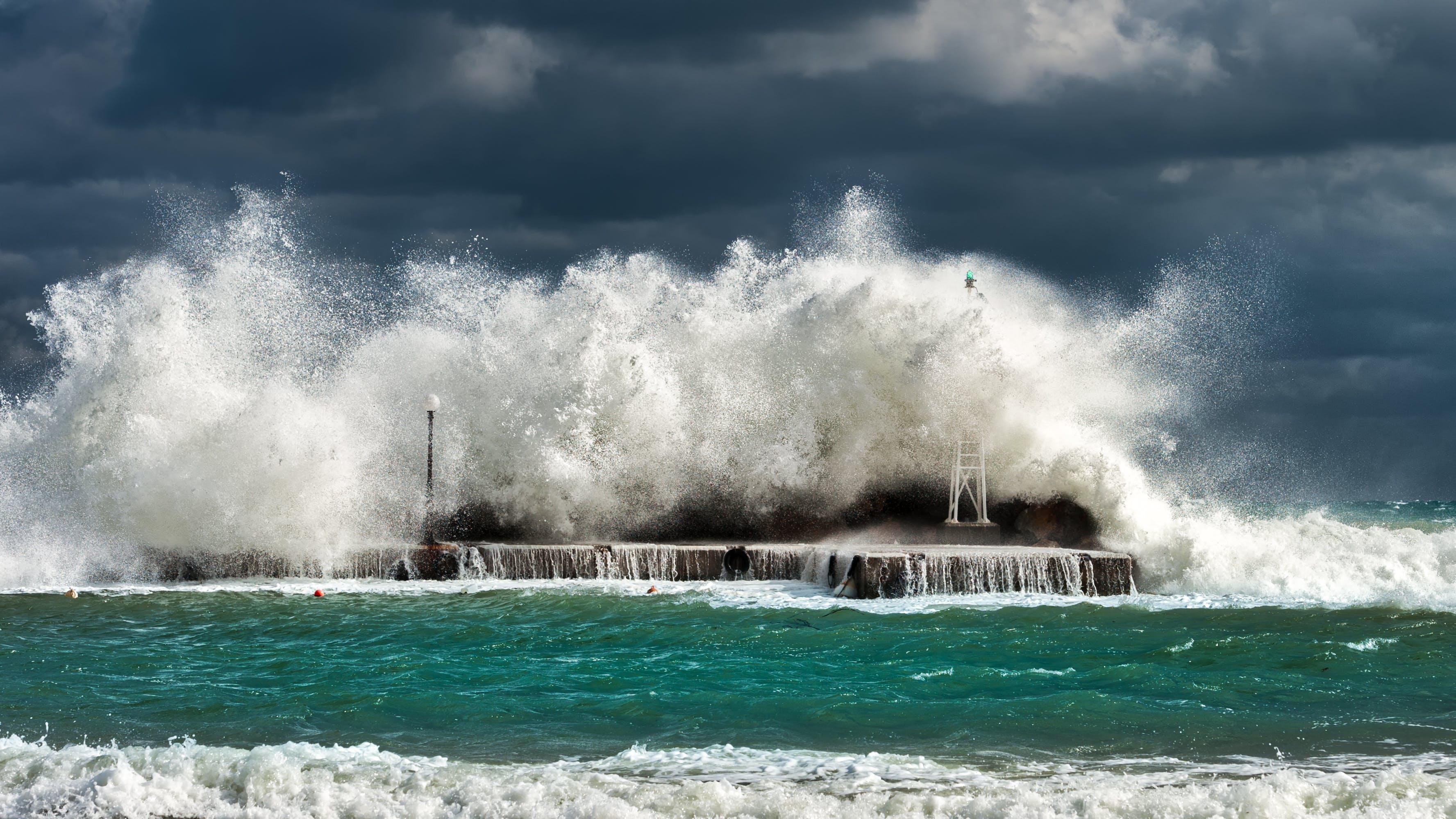 Kostenloses Stock Foto zu absturz, am meer, betonstruktur, bewölkter himmel