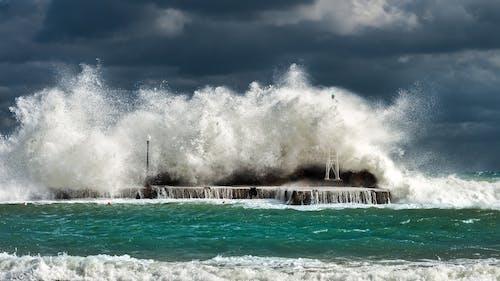 Ingyenes stockfotó a tengernél, betonszerkezet, csobbanás, felhős ég témában