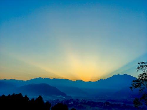 Gratis lagerfoto af aftensol, bjerge, glæde, himlen