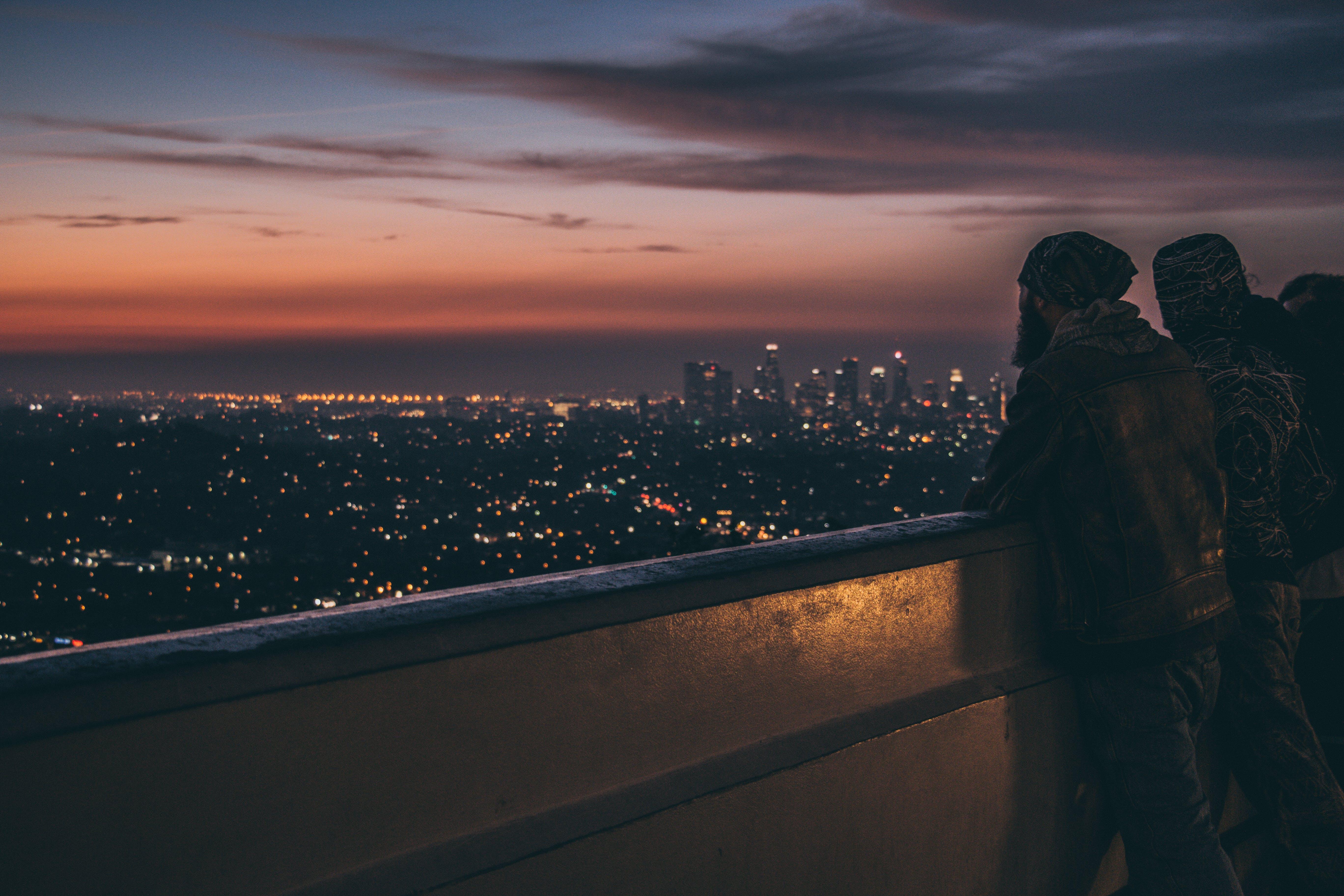 Kostenloses Stock Foto zu abend, balkon, beleuchtet, dämmerung