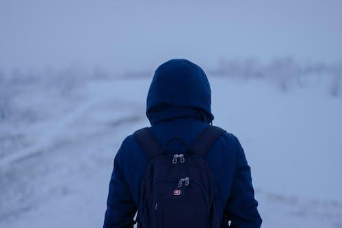 Foto d'estoc gratuïta de amb caputxa, blanc, blau, caminant