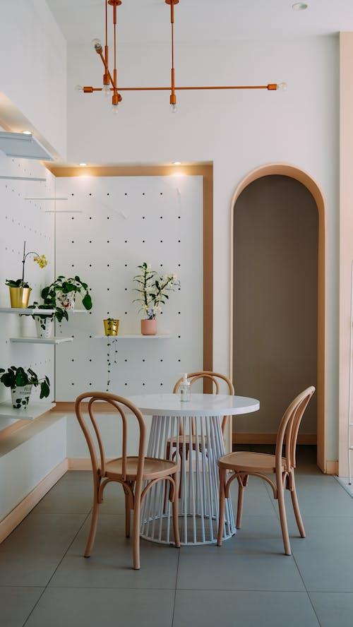 Бесплатное стоковое фото с белые стены, в помещении, вертикальный выстрел
