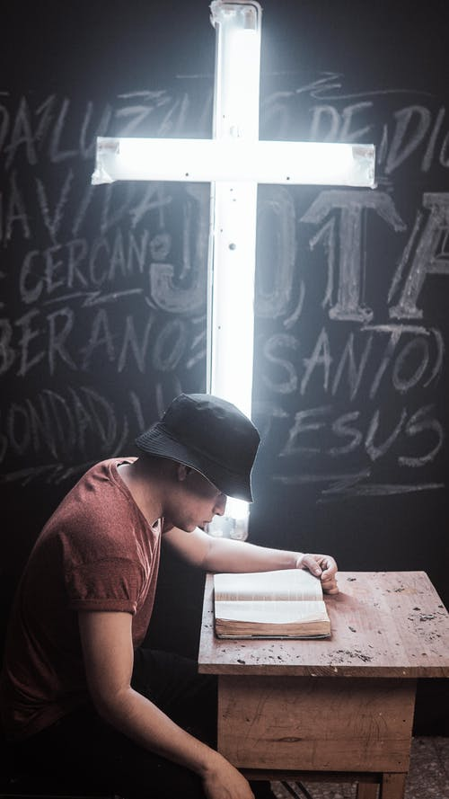 Immagine gratuita di bibbia, cappello nero, croce bianca