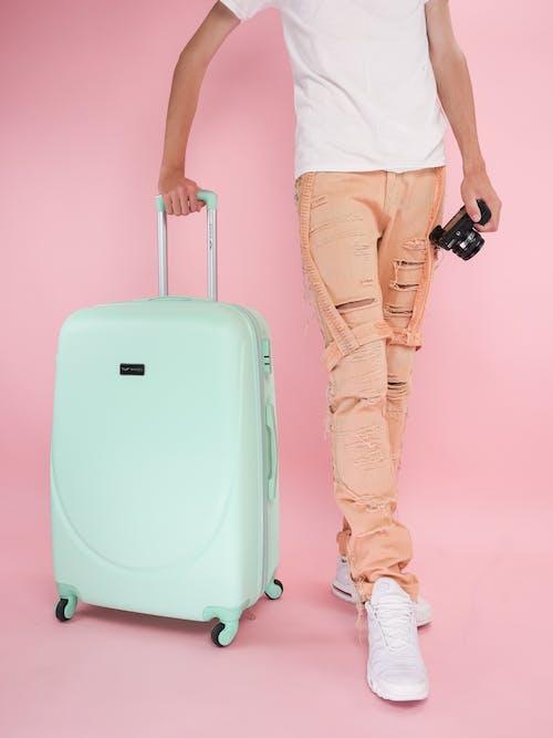 Бесплатное стоковое фото с багаж, брюки, в помещении