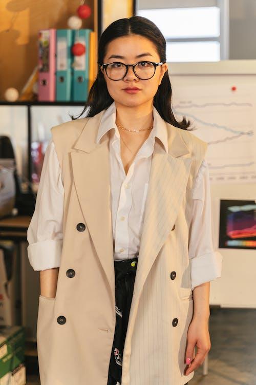 Gratis arkivbilde med asiatisk kvinne, briller, ermeløs frakk