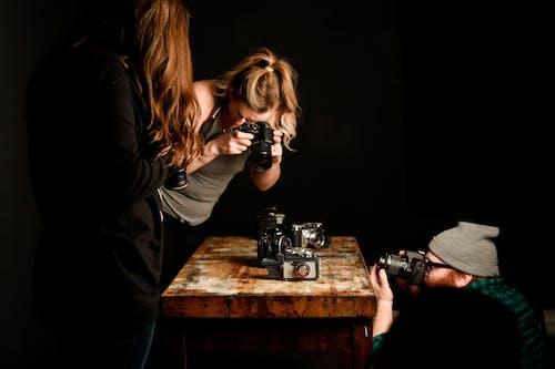 Fotobanka sbezplatnými fotkami na tému čiapka, dievčatá, drevený stôl, fotoaparát