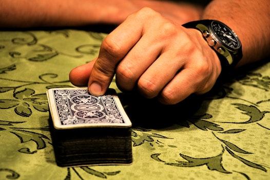 Kostenloses Stock Foto zu hand, armbanduhr, tisch, karten