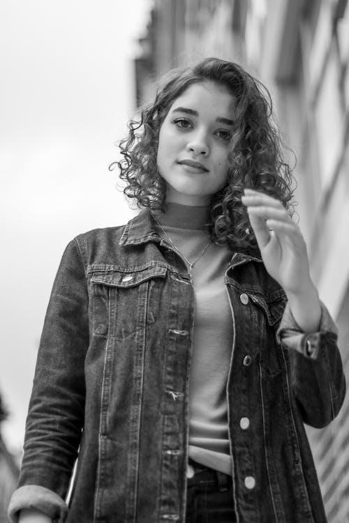 Foto profissional grátis de escala de cinza, jeans, modelo