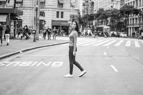 Foto profissional grátis de andando, caminhando, cidade