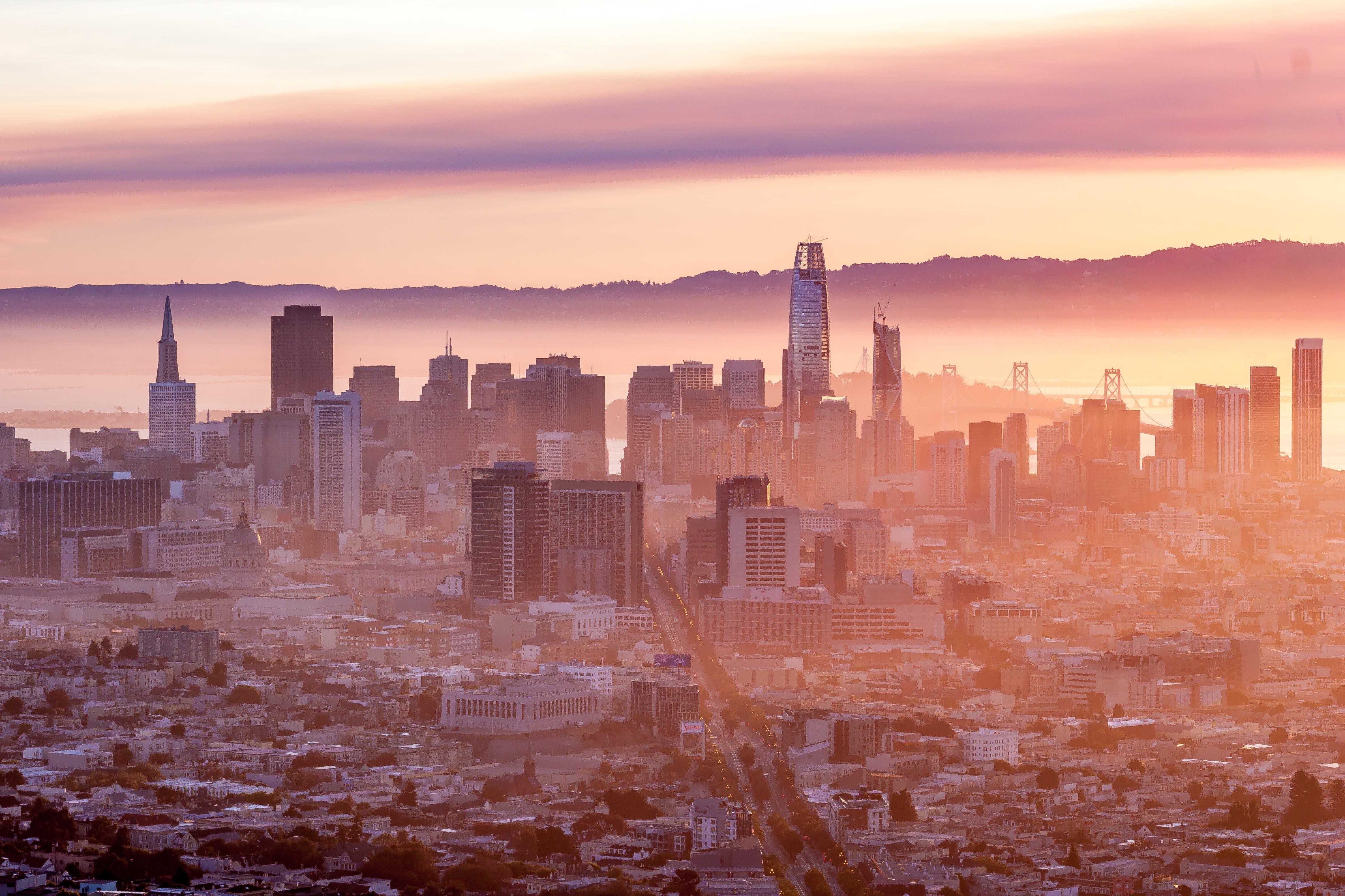 Photos gratuites de horizon, lever de soleil, panorama urbain, pics jumeaux