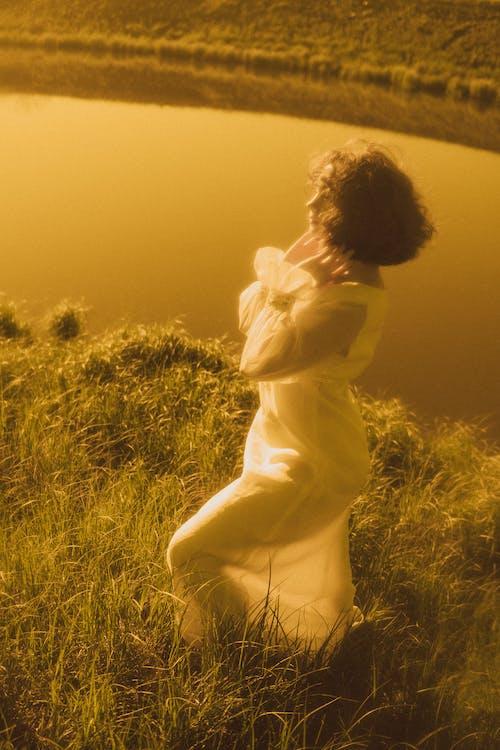 Foto profissional grátis de grama, mulher, pose