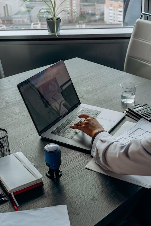 Ilmainen kuvapankkikuva tunnisteilla kannettava tietokone, käsi, konttori