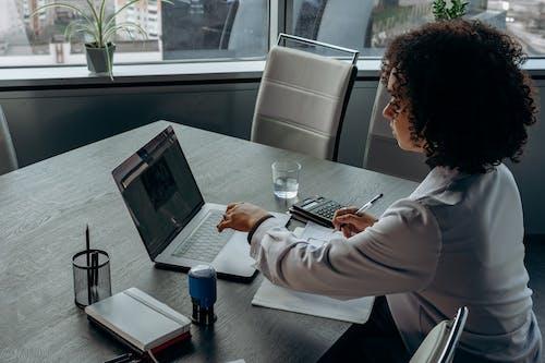 Gratis stockfoto met binnen, binnenshuis, computer