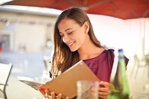 Darmowe zdjęcie z galerii z czytać, czytanie, dama, dziewczyna