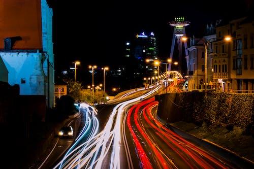 Kostenloses Stock Foto zu abend, autobahn, autos, autoscheinwerfer