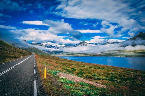 Foto d'estoc gratuïta de aigua, carretera, cel, cel blau