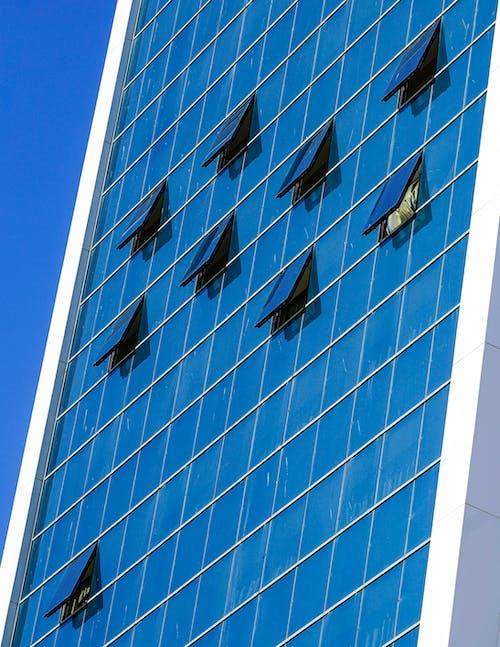 Fotos de stock gratuitas de edificio de oficinas, ventanas, ventanas abiertas