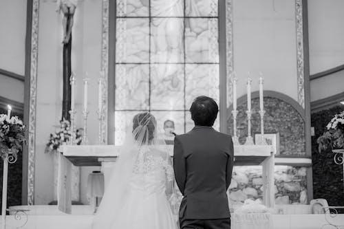 Kostenloses Stock Foto zu blumengesteck, braut, bräutigam