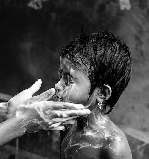 Ilmainen kuvapankkikuva tunnisteilla harmaasävyt, kädet, kylpeä