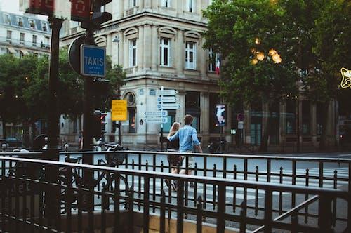 Gratis lagerfoto af bygninger, gade, par, skilte