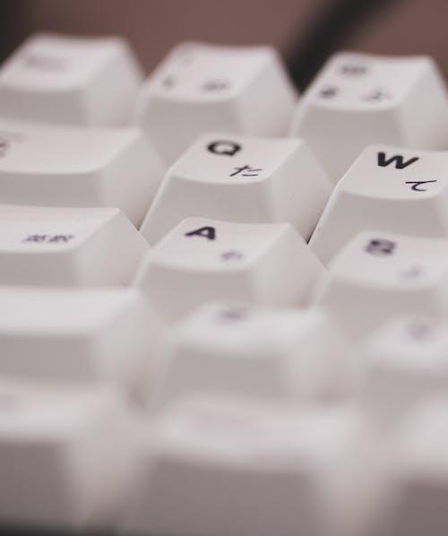 beyaz, beyaz klavye, keycaps içeren Ücretsiz stok fotoğraf