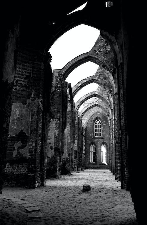 Kostenloses Stock Foto zu estland, ruinen, schwarz und weiß
