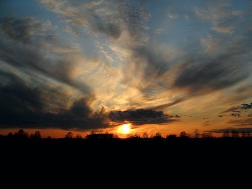 Darmowe zdjęcie z galerii z ciemne niebo, estonia, zachód słońca