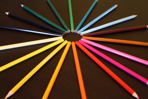 Darmowe zdjęcie z galerii z ciemny stół, kolorowe ołówki