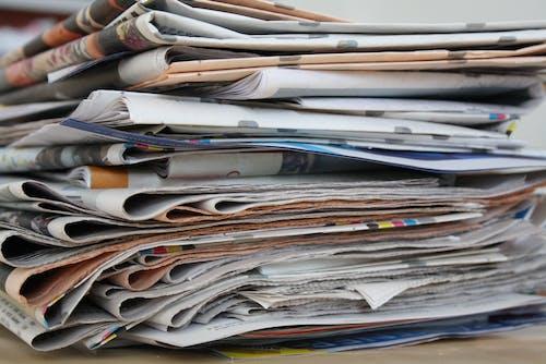 Darmowe zdjęcie z galerii z gazeta, stare gazety, stos gazet