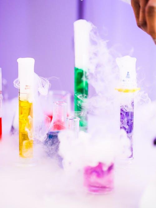 Foto profissional grátis de analisando, análise, artigos de vidro de laboratório